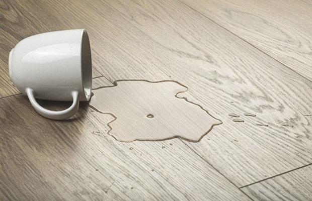Sàn gỗ công nghiệp chịu được nước tốt nếu đảm bảo tiêu chí về công nghệ sản xuất và cốt gỗ.
