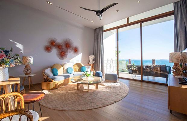 Không gian phòng khách được nới rộng bởi sự kết hợp ấn tượng giữa nền sàn gỗ và nội thất