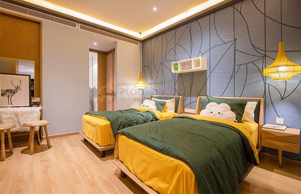 Phòng ngủ ốp sàn với cốt gỗ HDF 12mm mang lại độ êm chân và sự thoải mái khi di chuyển
