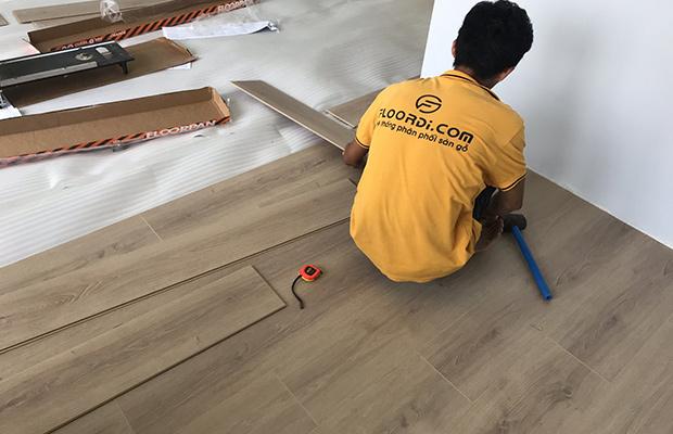 Đội thợ thi công sàn gỗ tay nghề cao
