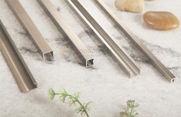 Nẹp là phụ kiện gần như bắt buộc trong thi công lắp đặt sàn gỗ