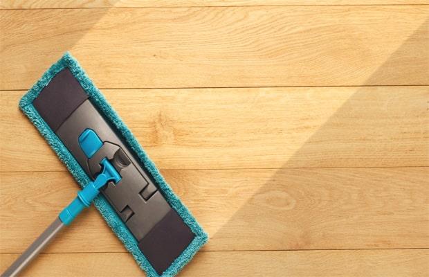 Vệ sinh sàn nhà bằng giẻ hoặc cây lau
