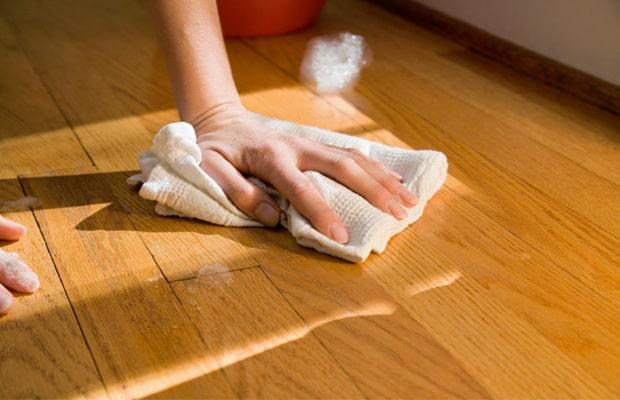 Dùng vải mềm khô thấm nước ngay nếu nước đổ ra sàn quá nhiều