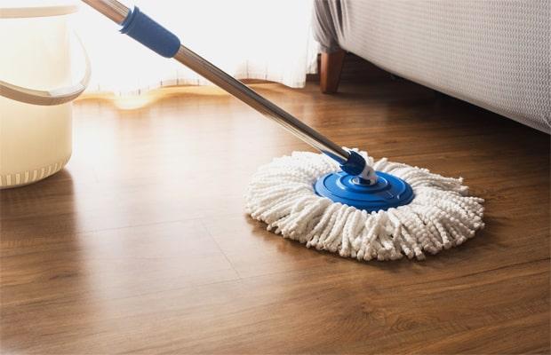 Chỉ nên dùng giẻ, cây lau ẩm vệ sinh sàn nhà