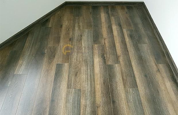 Bề mặt vân gỗ của sàn gỗ tự nhiên Óc chó