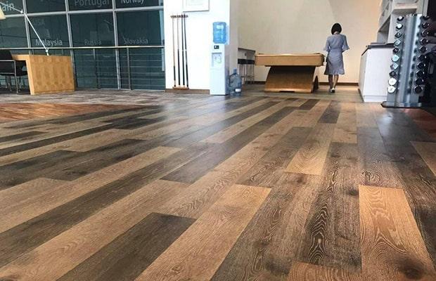 Gỗ ván sàn tự nhiên thường được sản xuất từ loại gỗ cứng, nhiều năm tuổi