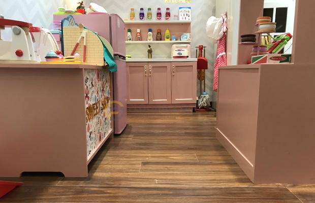 Màu sàn D2300 theo Handcraped Style giúp bạn dễ dàng kết hợp với đồ nội thất nổi bật