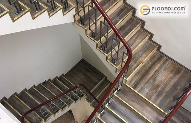 Nên lát cầu thang bằng gỗ hay gạch
