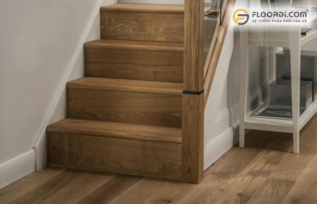 Ốp cầu thang bằng gỗ tự nhiên