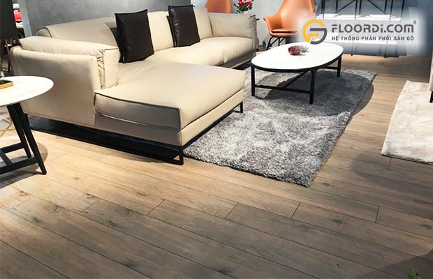 Phòng khách Luxury với sàn gỗ màu trung tính