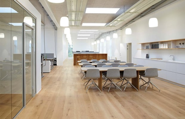 Vì sao nên lát sàn gỗ cho văn phòng làm việc