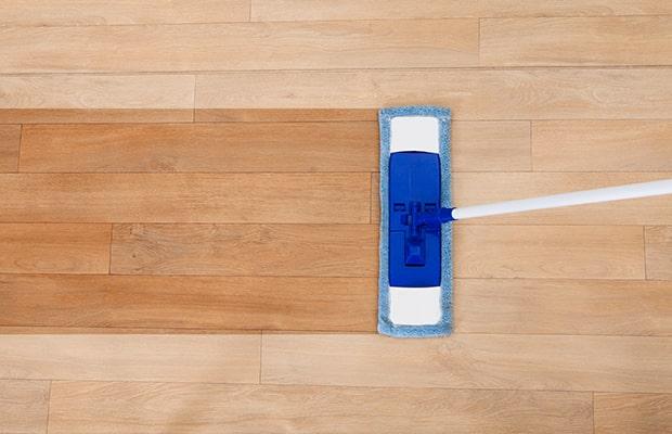 Vệ sinh sàn gỗ dính sơn