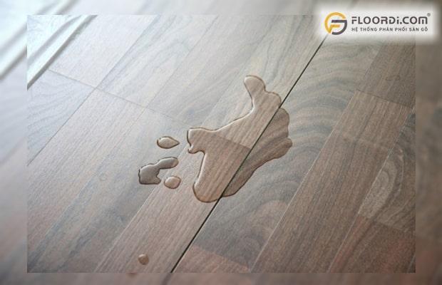 Hở hèm là lỗi thường gặp tạo điều kiện cho nước thấm xuống cốt gỗ gây hư hỏng