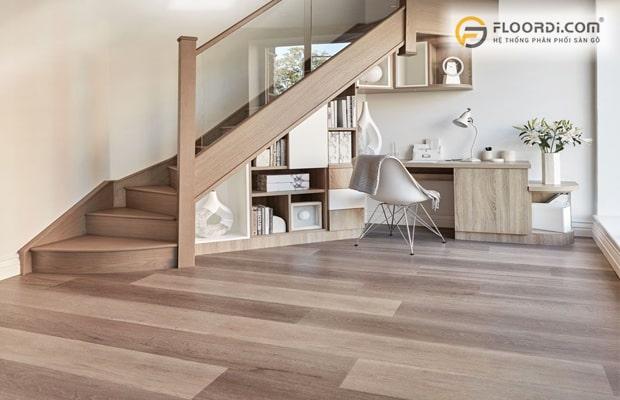 Sàn gỗ với thiết kế kiểu vân nhám hiện đại giúp chống bám bẩn tốt