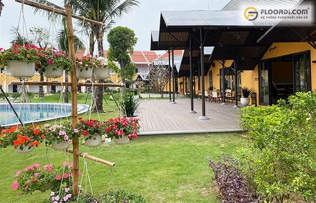 Dùng ván sàn ngoài trời WPC trang trí bể bơi đặt ở khu vực sân vườn