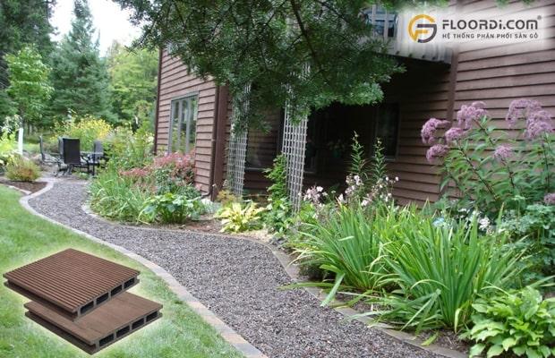 Có thể rải sỏi lối đi kết hợp với tường nhà ốp sàn gỗ ngoài trời