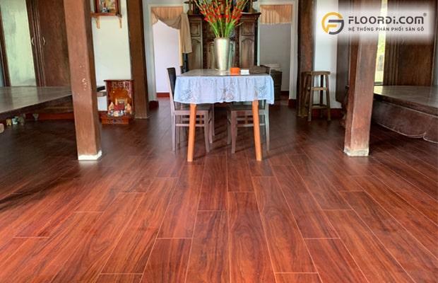 Vật liệu sàn gỗ và sàn nhựa tạo sự hài hòa, đồng điệu cho công trình cải tạo nhà ở