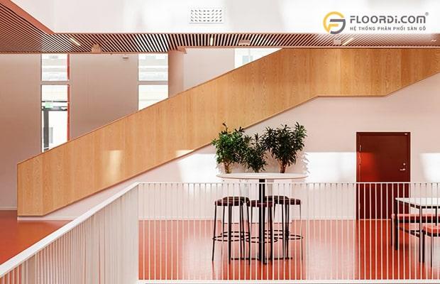 Vách ngăn bằng gỗ theo phong cách hiện đại tinh giản cho kiểu nhà ống với diện tích lớn