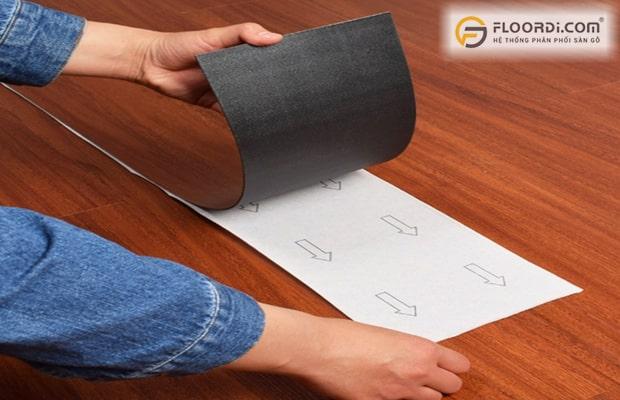 Cách thi công sàn nhựa bóc dán đơn giản