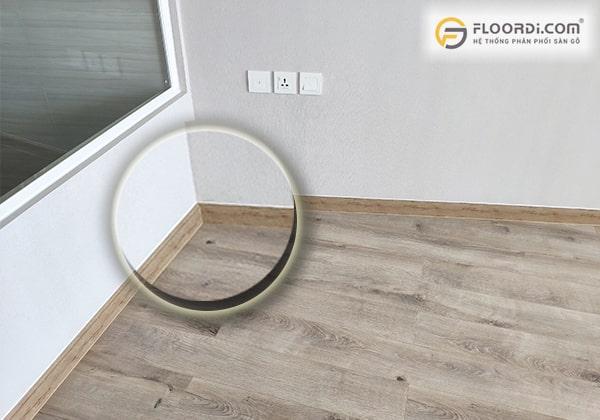 Nẹp góc tường nhựa là phụ kiện gần như bắt buộc trong thi công sàn gỗ