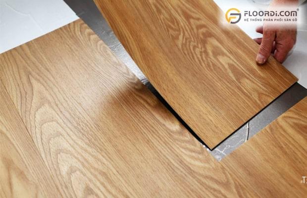 Tấm lót sàn nhựa PVC dán kéo chất lượng chỉ ở mức phổ thông nên có giá thành rẻ