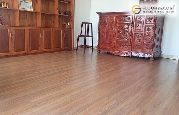 Sự liên kết giữa nền sàn gỗ và đồ nội thất tạo nên không gian hài hòa