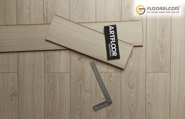 Nên lựa chọn kiểu sàn có bề mặt nhám sần để hạn chế khả năng trơn trượt khi trẻ vận động