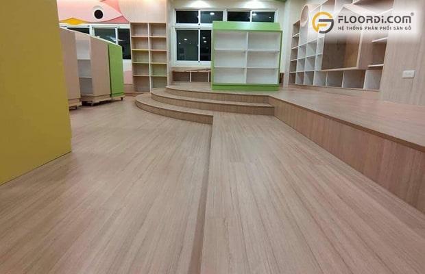 Ván sàn có khả năng chống thấm nước tốt đảm bảo độ bền lâu dài cho không gian ốp sàn