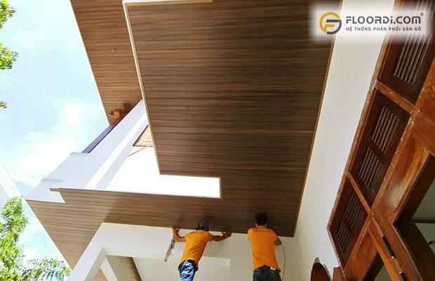 Cách thức thi công gỗ nhựa ngoài trời khó hơn nên giá thi công có phần cao hơn sàn trong nhà