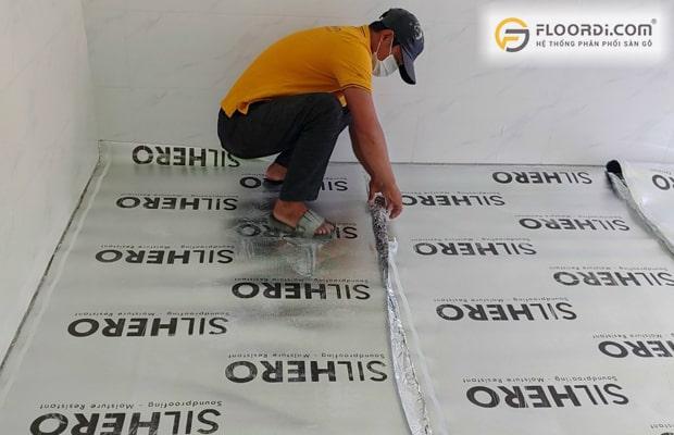 Nên xử lý nền sàn thật sạch sẽ, loại bỏ rác hay ốc vít còn nằm trên nền trước khi lắp sàn